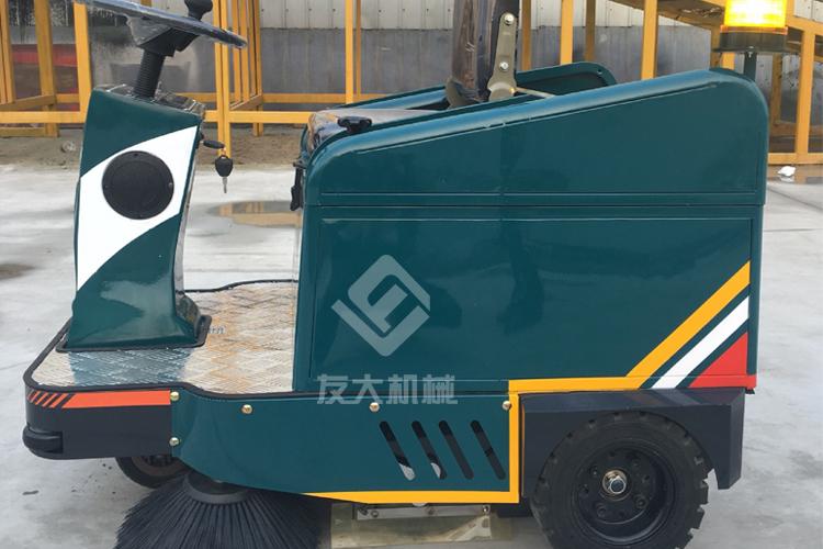 小型驾驶式扫地车施工中